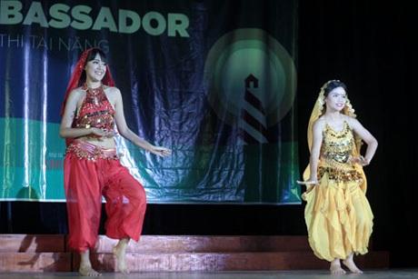 Lý Minh Hạnh và Đỗ Huệ Chi nóng bỏng trong điệu múa Ấn Độ