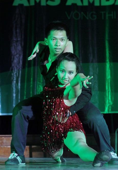 Hạnh Chi – 11CE thể hiện tài năng khiêu vũ