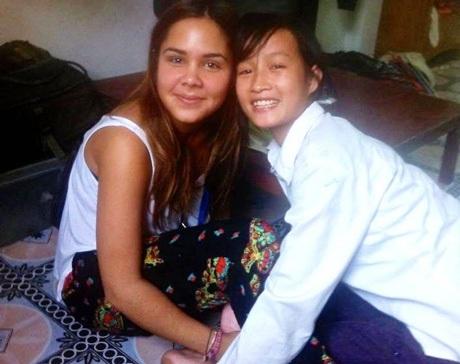 Fanny Plateau(trái) cùng một em học sinh nơi cô làm tình nguyện.
