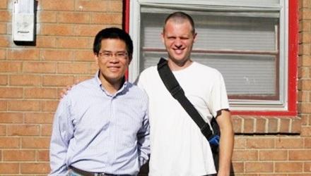 Anh Minh Hiển (trái) và người bạn Mỹ