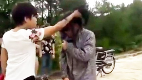 Nữ sinh áo trắng túm tóc nạn nhân hành hung. Hình ảnh cắt từ clip