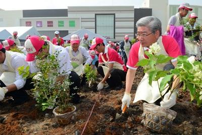 Lãnh đạo AEON tham gia trồng cây xanh trong ngày hội