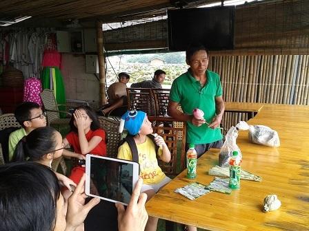 Một nghệ nhân đang hướng dẫn cách làm trà sen cho các em nhỏ.
