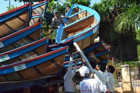Chương trình trao thuyền ở các tỉnh miền Trung