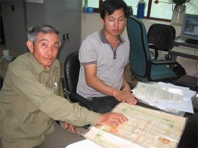 Ông Đỗ Ngọc Minh (trái) đề nghị Sư đoàn 320 giúp đỡ tìm kiếm phần mộ