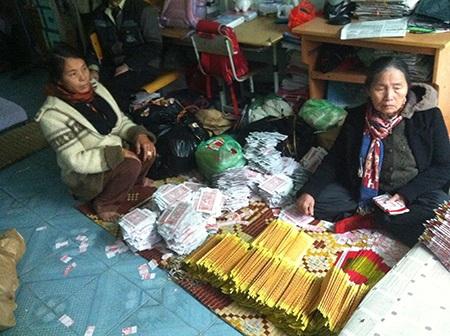 Chị Nguyễn Thị Ánh (phải) phải ở nhờ nhà mẹ đẻ và làm đủ việc để nuôi con gái
