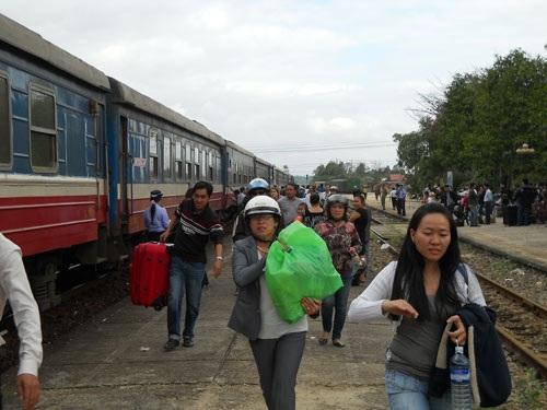 Hàng trăm hành khách đón tàu đi TP.HCM tại ga Tam Kỳ.