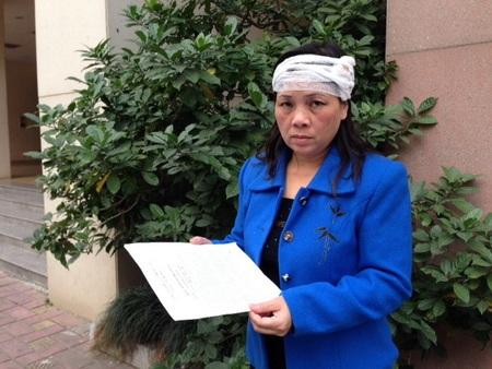 Bà Hồng bị tấn công bằng gạch đến vỡ đầu phải đi cấp cứu chiều 29/12/2012