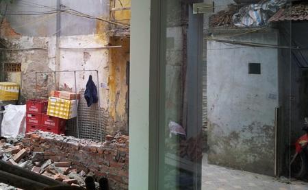 Bức tường nhà bà Nguyễn Thị Hồng mới bị các đối tượng đập phá tối 31/12/2012