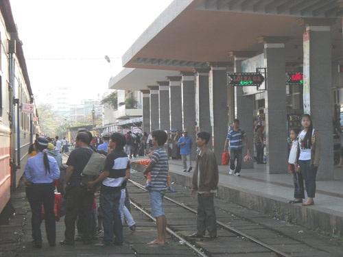 Mùng 4 Tết hành khách đón tàu SE21 Huế - Sài Gòn tại ga Đà Nẵng đông nghịt.
