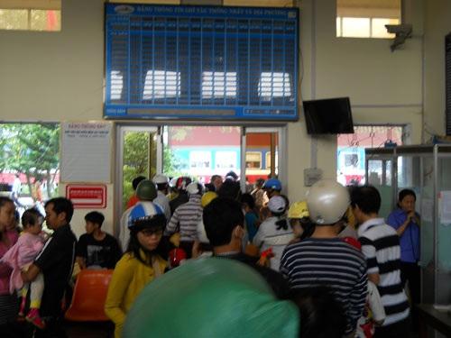 Hành khách đón tàu SE21 Huế - Sài Gòn tại ga Tam Kỳ đi TP.HCM trưa mùng 4 Tết.