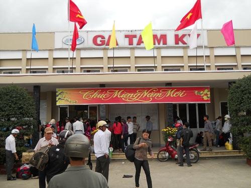 Ga Tam Kỳ sáng mùng 4 Tết nhộn nhịp hành khách đi Sài Gòn.