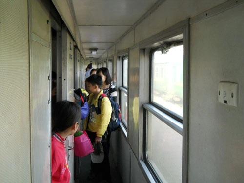 Hành khách tìm giường nằm tại toa giường nằm tại tàu SE21 Huế - TP.HCM.
