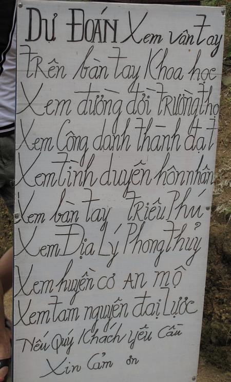 Những tấm biển xem bói ở cổng đền thu hút giới trẻ
