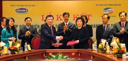 Bà Mai Kiều Liên ký kết hợp đồng với lãnh đạo tập đoàn Viettel