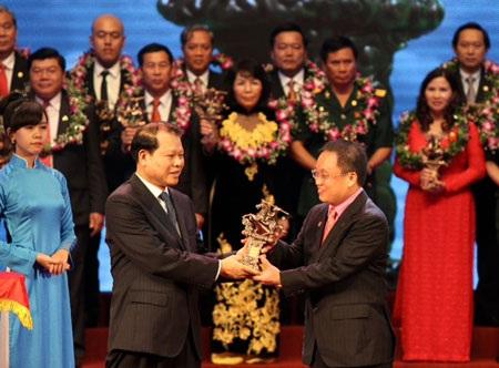 Phó Thủ tướng Chính phủ Vũ Văn Ninh trao giải cho ông Nguyễn Cảnh Hồng