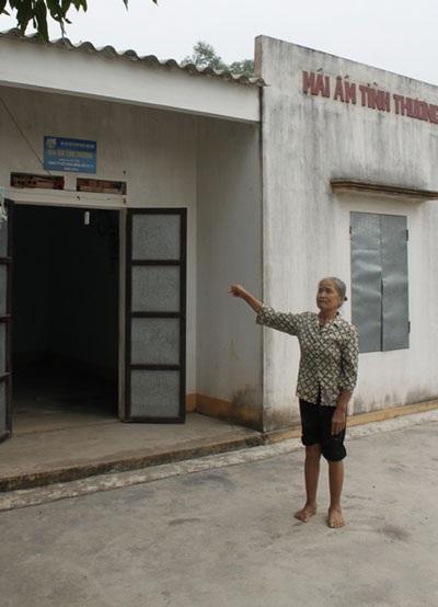 Bà Ly bên cạnh ngôi nhà tình thương được Công ty Đông Hải xây dựng
