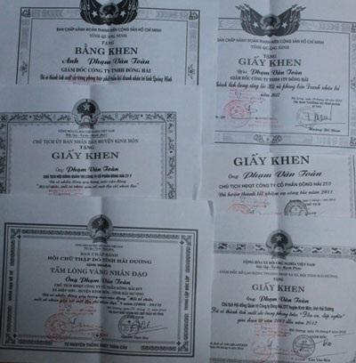 Bằng khen và giấy khenvề các hoạt động từ thiện ông Toàn đã tham gia