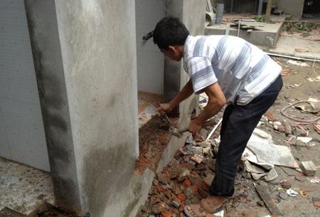 Công nhân vẫn hoàn thiện các công trình đang bị đình chỉ thi công