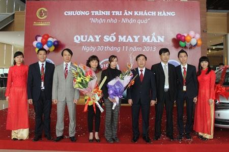 Ông Trần Trọng Nghĩa - Phó Chủ tịch Tập đoàn trao quà cho khách hàng