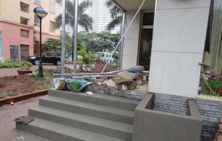 Chủ quán 3B tự ý xây bậc tam cấp ở mặt tiền tòa nhà N3B
