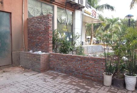 Xây tường không phép trên mặt cống thoát nước của khu đô thị