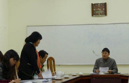 Ông Trần Việt Hà (bên phải) họp chỉ đạo triển khai kế hoạch di chuyển chợ tạm