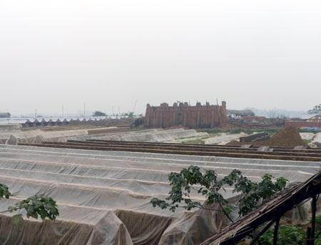 Nhiều lò gạch thủ công vẫn công khai hoạt động ở khu vực giáp ranh Hà Nội - Vĩnh Phúc