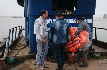 Cán bộ Sở GTVT Hà Nội (áo trắng) trực tiếp chứng kiến bến đò vi phạm