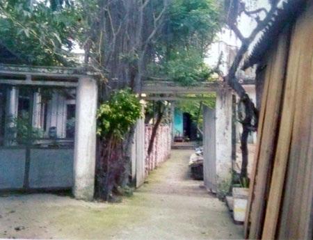 Phần đất và diện tích cổng của gia đình ông Hào được cấp sổ đỏ từ năm 2006