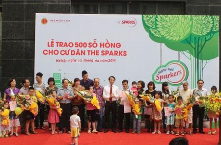 Ông Phan Văn Huyên - Phó Tổng giám đốc Tập đoàn Nam Cường trao sổ hồng cho cư dân