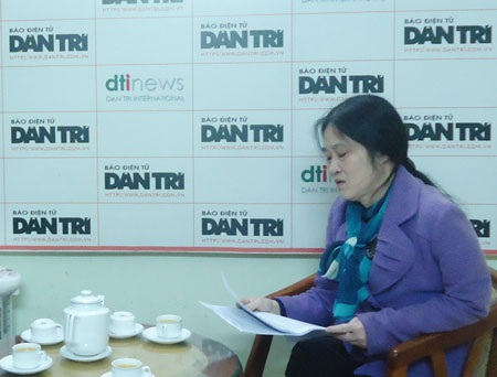 Bà Nguyễn Thị Thuận trình bày sự việc tại tòa soạn báo Dân trí