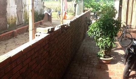 Gia đình ông Bếnh ngang nhiên cho người xây tường trên phần sân nhà bà Chiến
