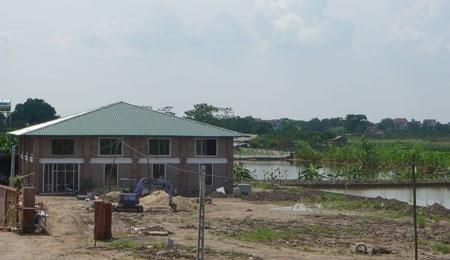 Ở liền kề những công trình xây dựng mặt sàn hàng trăm m2 vẫn hối hả thi công