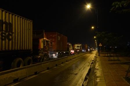 Đoàn xe hành quân vào ban đêm để né CSGT