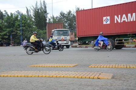 Đoàn xe ùn ùn ra vào cảng lúc trời chuẩn bị mưa