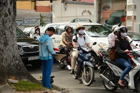 Thai phụ ăn mặc khá tươm tất, cần mẫn xin tiền ngày 22/8/2013.