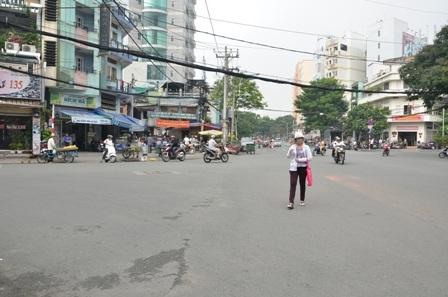 Góc đường Nguyễn Cư Trinh - Trần Đình Xu - nơi bà L. khai báo bị cướp hơn 400 triệu đồng