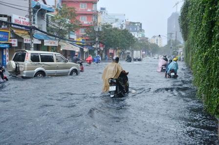 Nhiều tuyến đường ngập sâu sau trận mưa lớn vào sáng nay