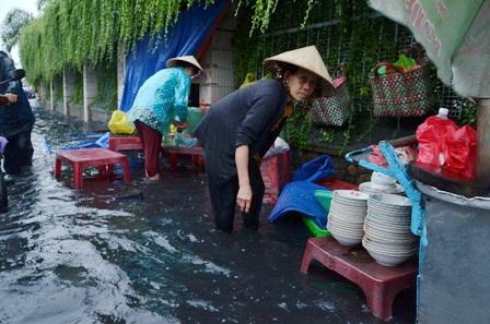 Nước tràn vào nhà, buôn bán ế ẩm