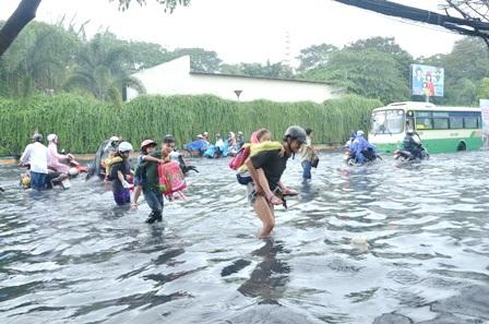 Học sinhbơi đến trường