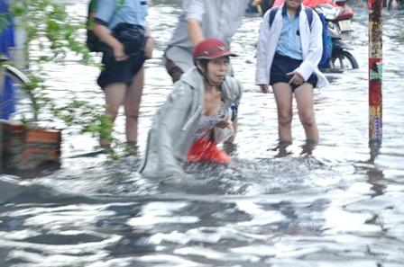 Đồ đạc trôi theo dòng nước