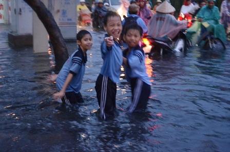 Học sinh trường tiểu học Hòa Bình vui đùa trong nước