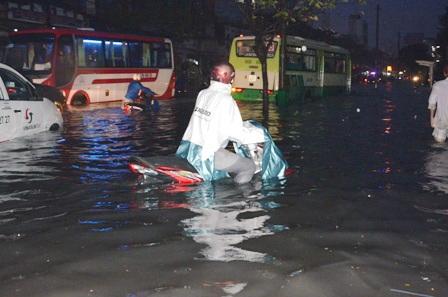 Nước ngập gần hết xe gắn máy