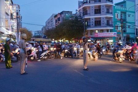 Cảnh sát giao thông vất vả phân luồng