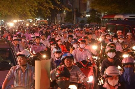 Kẹt xe nghiêm trọng vào tối 11/11 sau khi cầu Lê Văn Sỹ đóng cửa