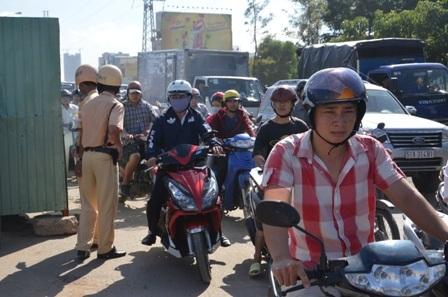 Đại diện đội Thanh tra giao thông số 4 tiến hành lập biên bản đơn vị thi công gây kẹt xe.