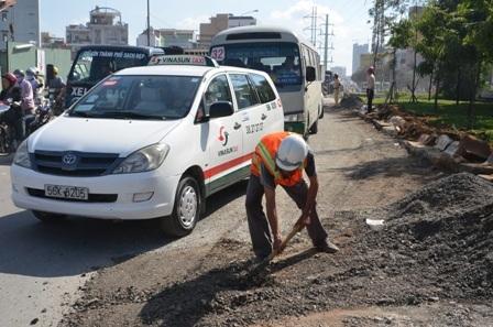 Nhân viên đơn vị thi công tiến hành phá bỏ dải phân cách để mở rộng thêm phần đường Hồng Bàng