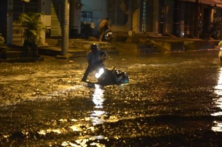 Nhiều xe té ngã do đường ngập