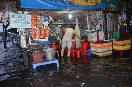 Các hoạt động kinh doanh bị đình trệ do mưa ngập